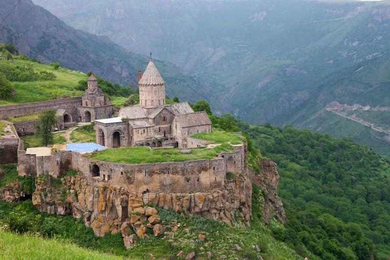 Вид сверху на Татевский монастырь в Армении