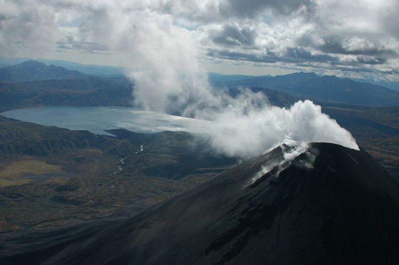 Действующий вулкан на Камчатке, Россия