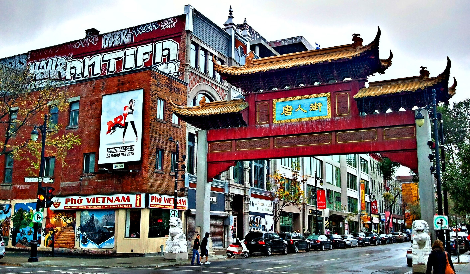 Kanada demiryolu yapımına destek olan Çinli işçiler zamanla bölgeye yerleştikleri için kendilerine bir mahalle kurmuşlar.