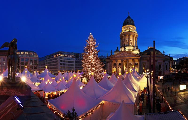 Рождественская ярмарка на площади Жандарменмаркт в Берлине, Германия