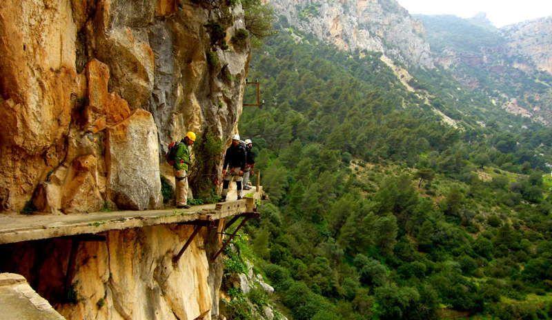 Люди идут по Королевской тропе в Испании