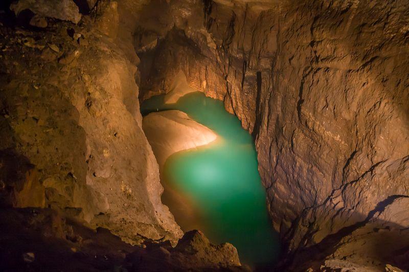 Подземное озеро в пещере Нового Афона