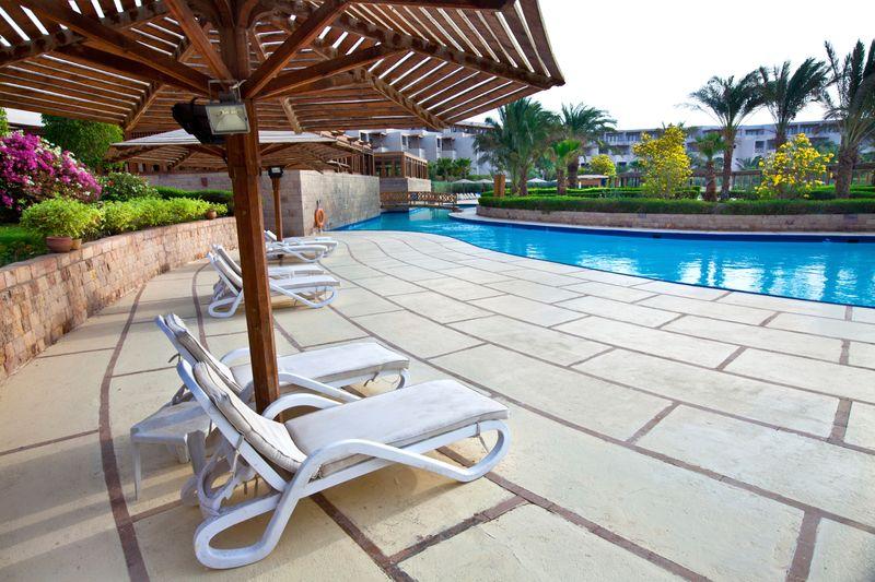 hamacas hotel piscina