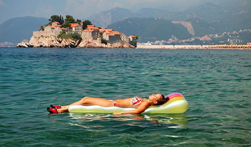 Женщина плавает в море, Свети Стефан, Черногория