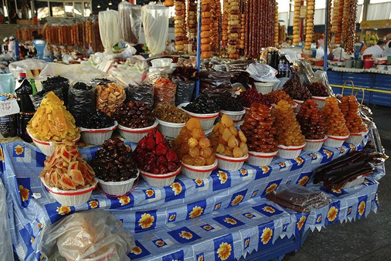 Сушеные фрукты на рынке в Ереване, Армения