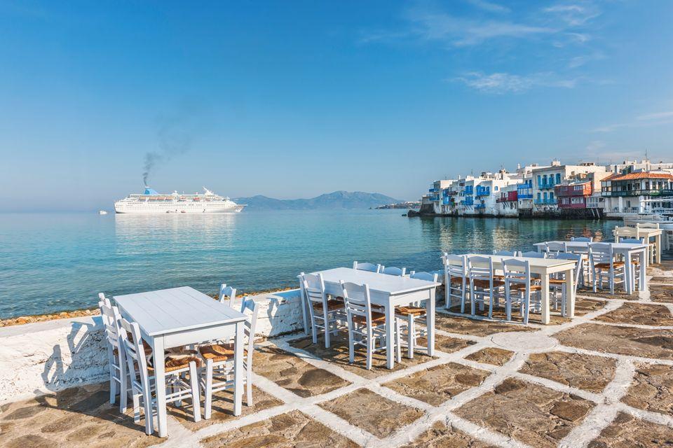 Tραπέζια δίπλα στη θάλασσα καθώς το πλοίο περνά στη Μύκονο