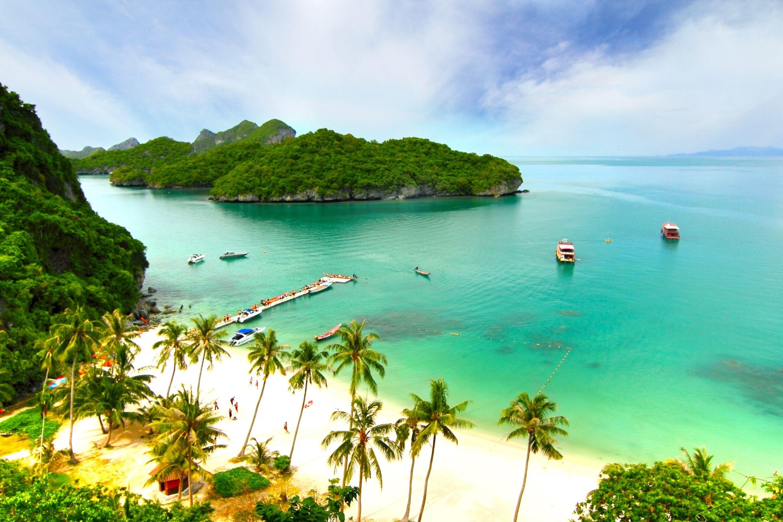Πανοραμική φωτογραία παραλίας με καταπράσινη φύση και γαλαζοπράσινα νερά στο Κο Σαμούι, Ταϊλάνδη