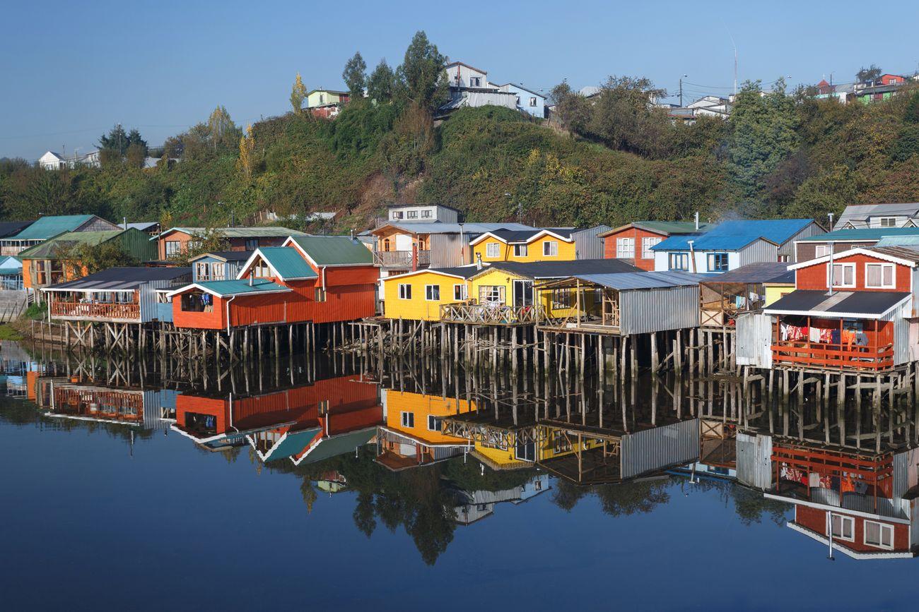 Дома на сваях на острове Чилоэ в Чили