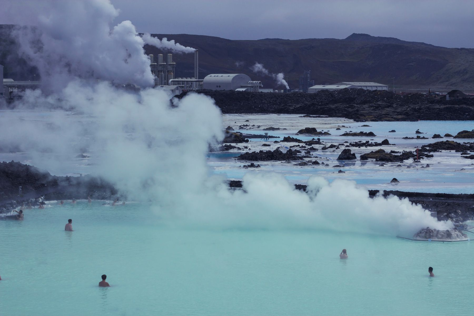 Купание в термальных бассейнах Голубой Лагуны в Исландии помогает при псориазе