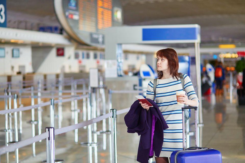 Γυναίκα σε τερματικό σταθμό αεροδρομίου
