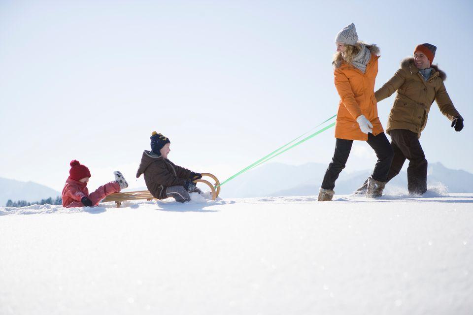 Οικογένεια παίζει στο χιόνι  - οι 11 καλύτεροι χειμερινοί προορισμοί στην Ελλάδα