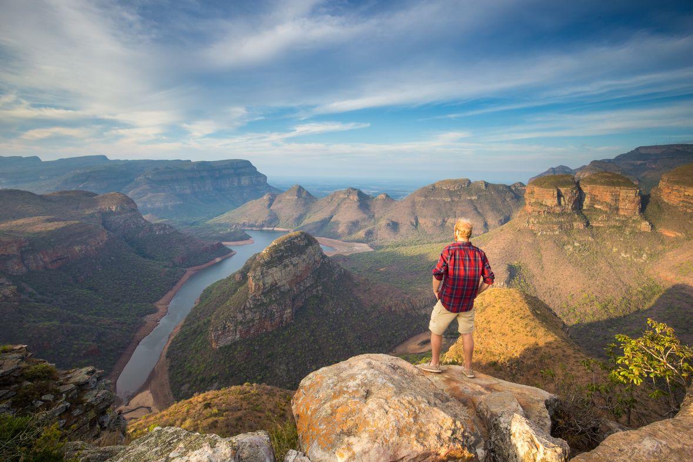 Άντρας αγναντεύει από ψηλά βουνά και ποταμό στη Νότια Αφρική