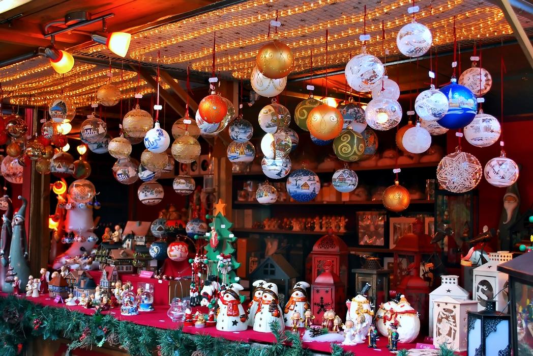Στολίδια και μικρά παιχνίδια σε χριστουγεννιάτικη αγορά.