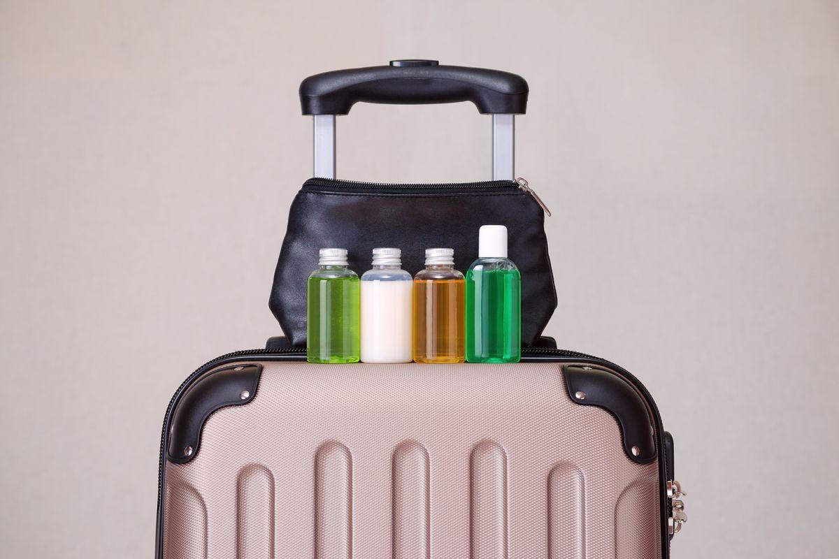 Βαλίτσα με μπουκαλάκια υγρών