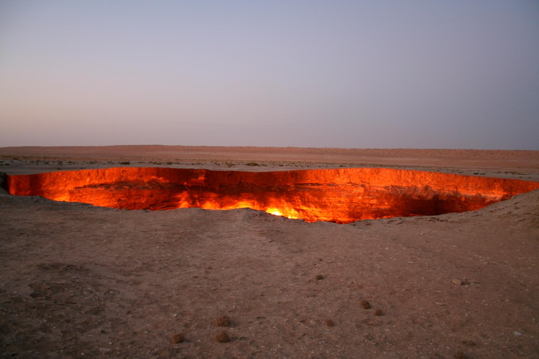 Огненная дыра, также известная как Врата ада, в Туркменистане. Удивительные места, как это, привлекают туристов со всех концов мира.