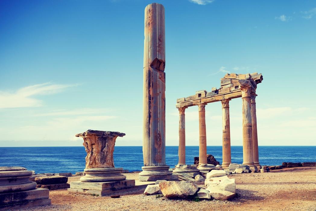 Αρχαίο μνημείο δίπλα στη θάλασσα στη Ρόδο