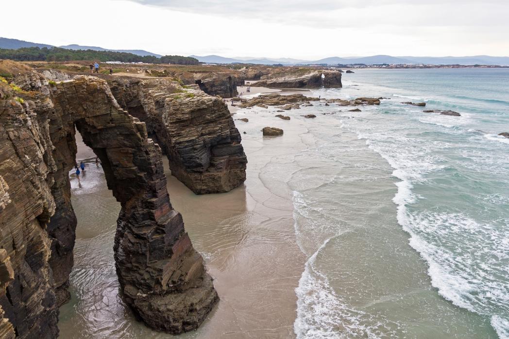 H παραλία de Las Catedrales προσελκύει τους σέρφερς - ταξίδι περιπέτειας στη Γαλικία
