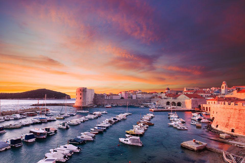 Ηλιοβασίλεμα πάνω απ' την Παλιά Πόλη και το λιμάνι του Ντουμπρόβνικ