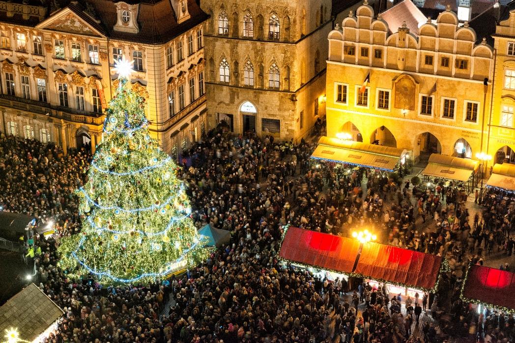 Αγορά στην κεντρική πλατεια της Παλιάς Πόλης της Πράγας τα Χριστούγεννα - πού να πάτε ταξίδι τον Δεκέμβριο