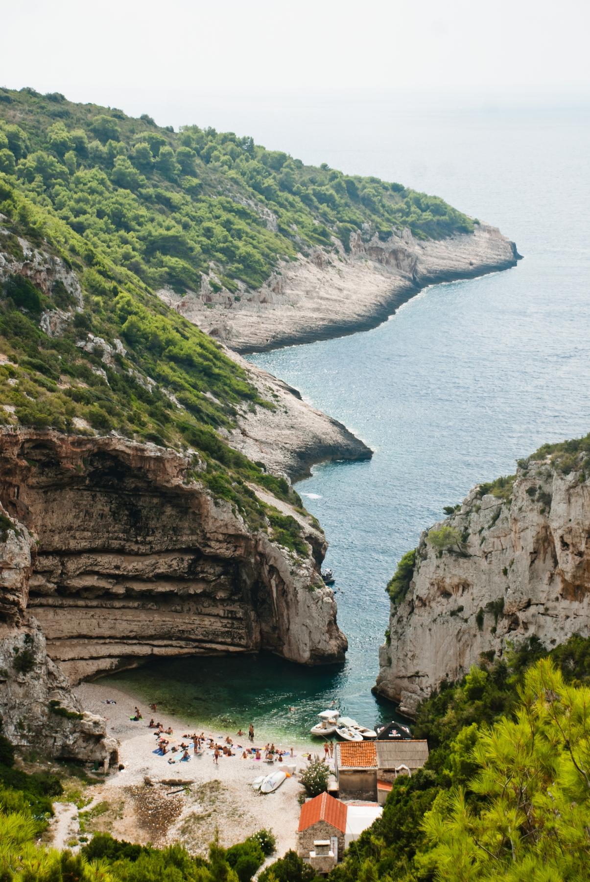 Το Vis είναι το σινεματικό νησί της Αδριατικής, που αντικατέστησε τη Σκόπελο στο Mamma Mia 2.