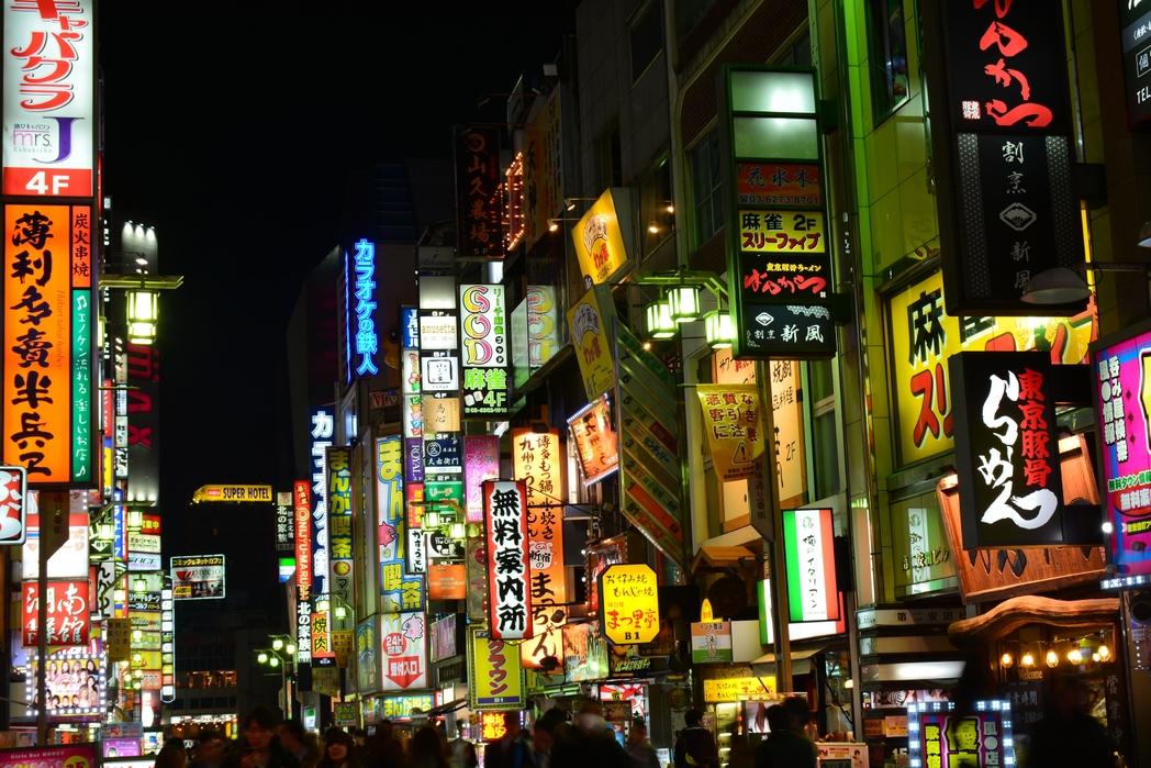 Πινακίδες και φώτα νέον στους δρόμους του Τόκιο