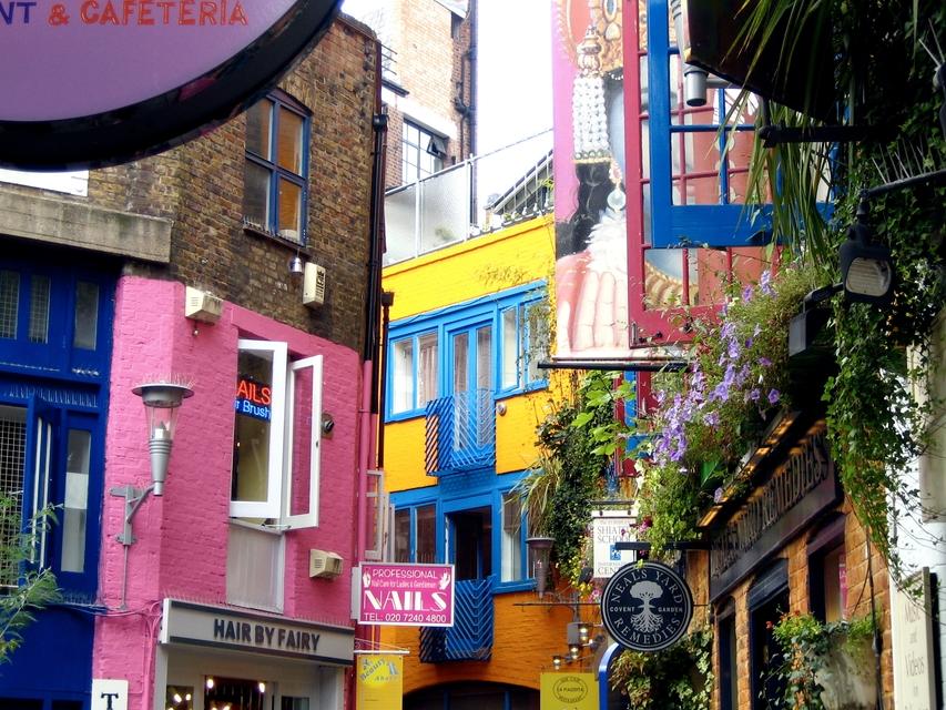Tο μικρό στενάκι Neal's Yard, μια όμορφη και πολύχρωμη γωνιά του Covent Garden