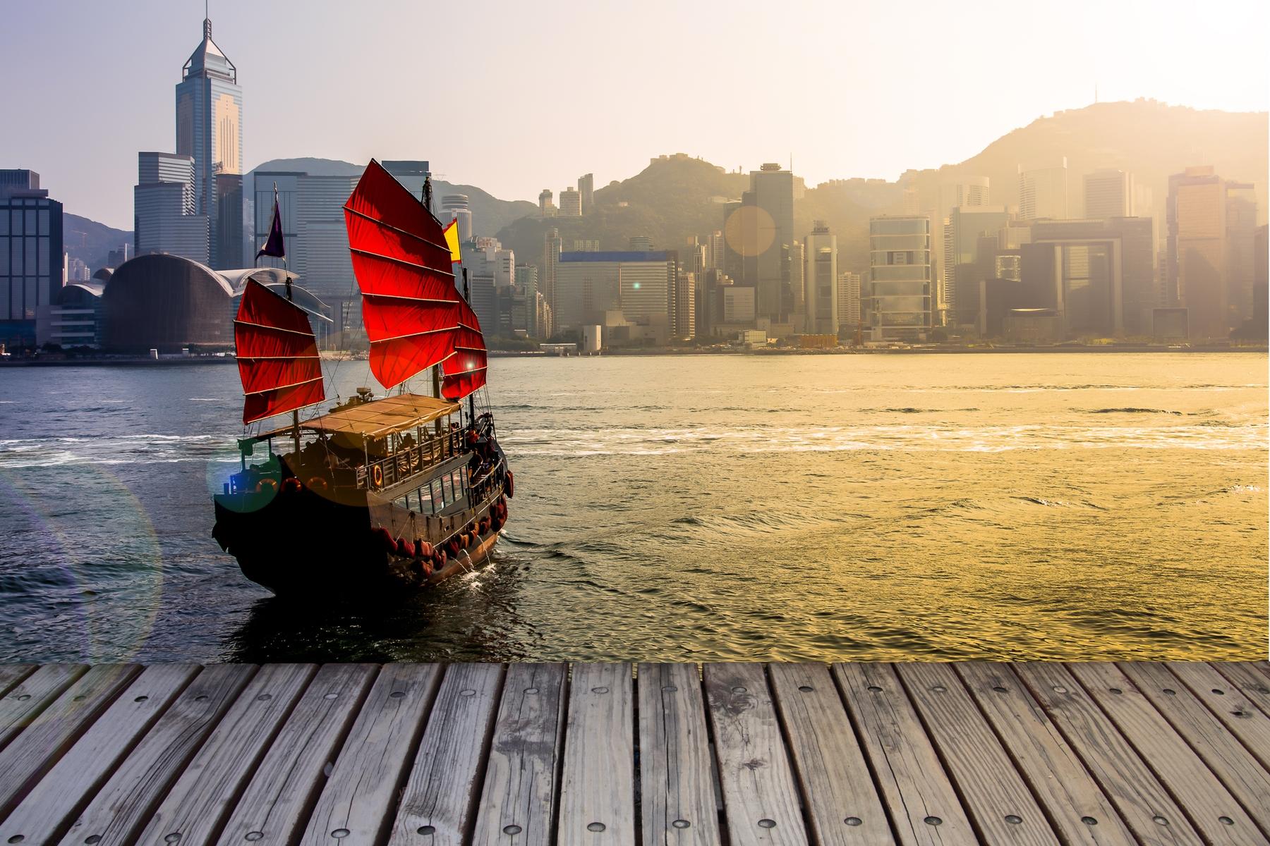 Джонка с алыми парусами в Гонконге