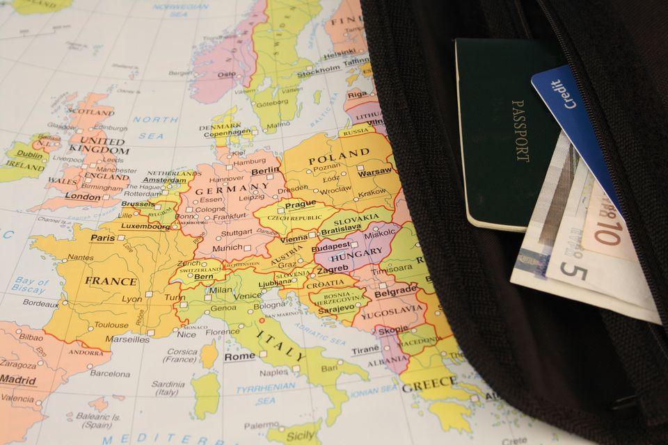 Χάρτης και πορτοφόλι με διαβατήριο και ευρώ