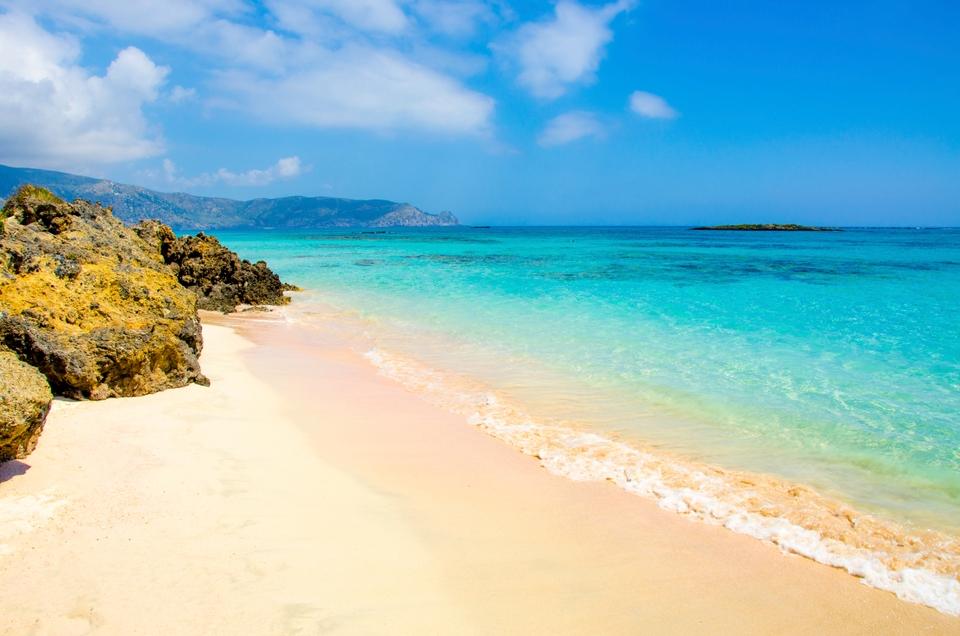 Пляж Элафониси с розовым песком на острове Крит в Греции