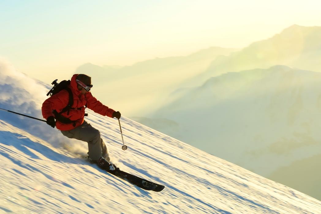 Κατάβαση πλαγιάς με χιονοπέδιλα του σκι