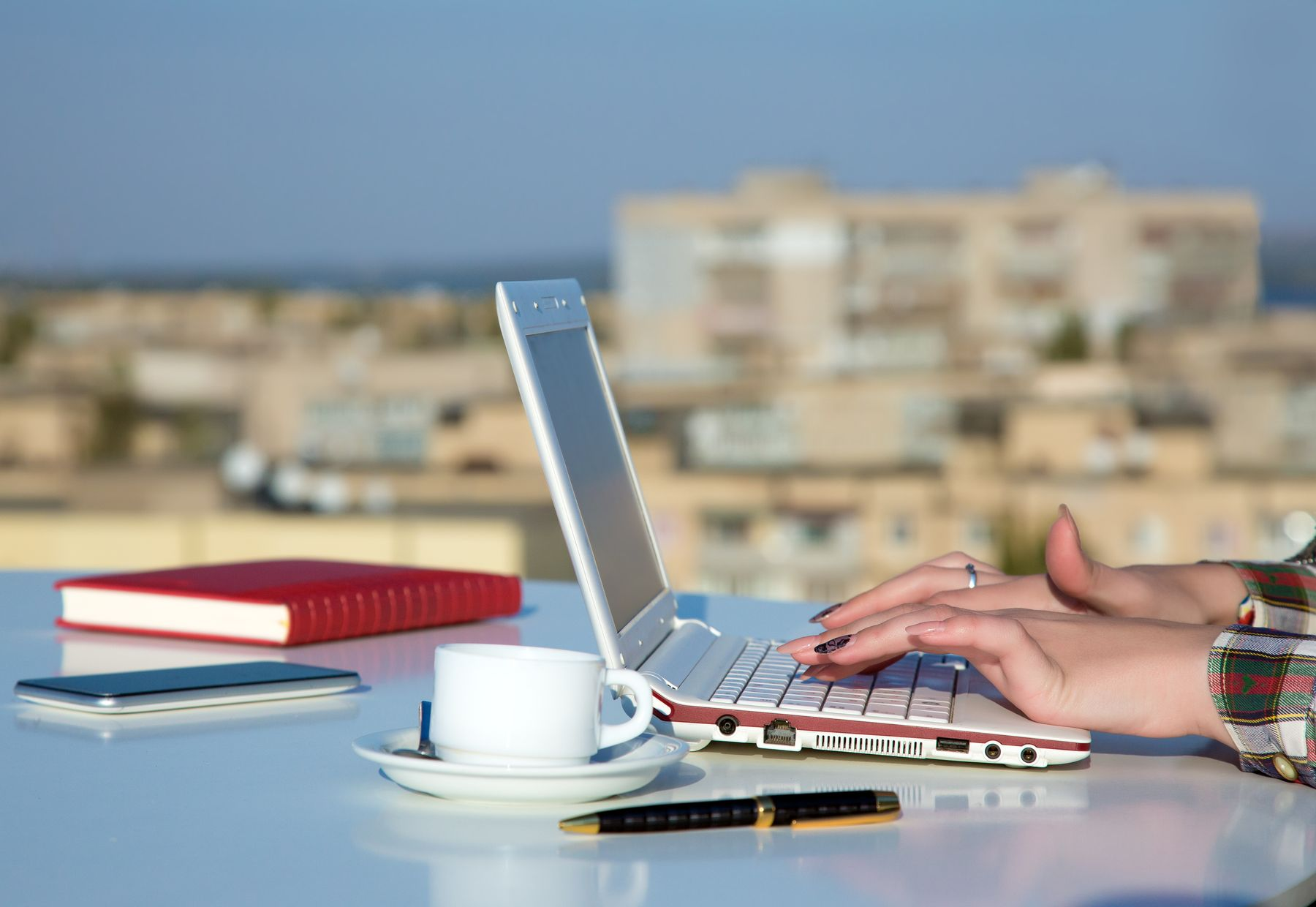 Anywhere office é o escritório onde você estiver. Como na foto, que exibe uma área de trabalho ao ar livre.
