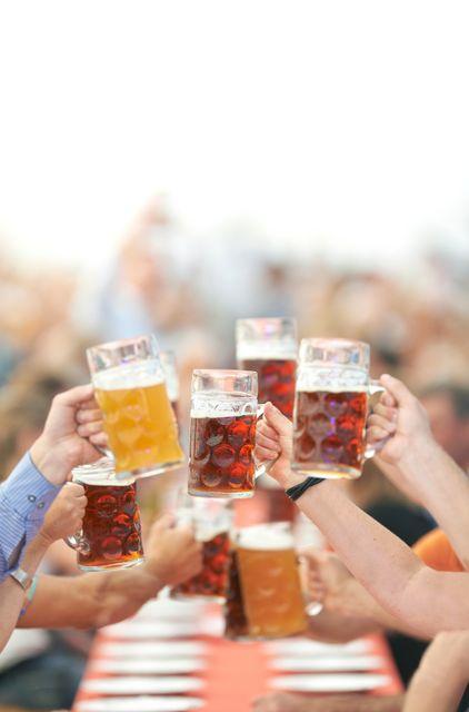 Φίλοι τουγκρίζουν ποτήρια με μπίρα