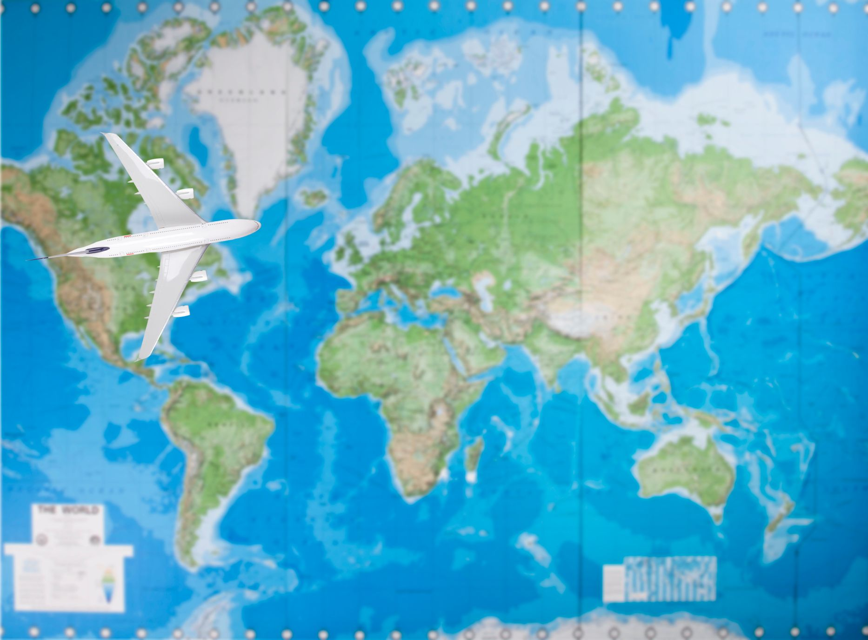 """Αεροπλάνο """"πετάει"""" πάνω από χάρτη"""