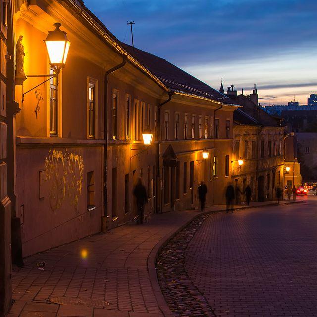Η Παλιά Πόλη του Βίλνιους φωτισμένη το σούρουπο - οι 10 καλύτεροι εναλλακτικοί προορισμοί στην Ευρώπη