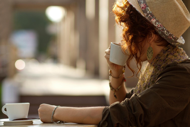 Hände weg von alkoholischen Getränken, Koffein und kohlenhydratreichen Lebensmitteln um keinen Jetlag zu bekommen