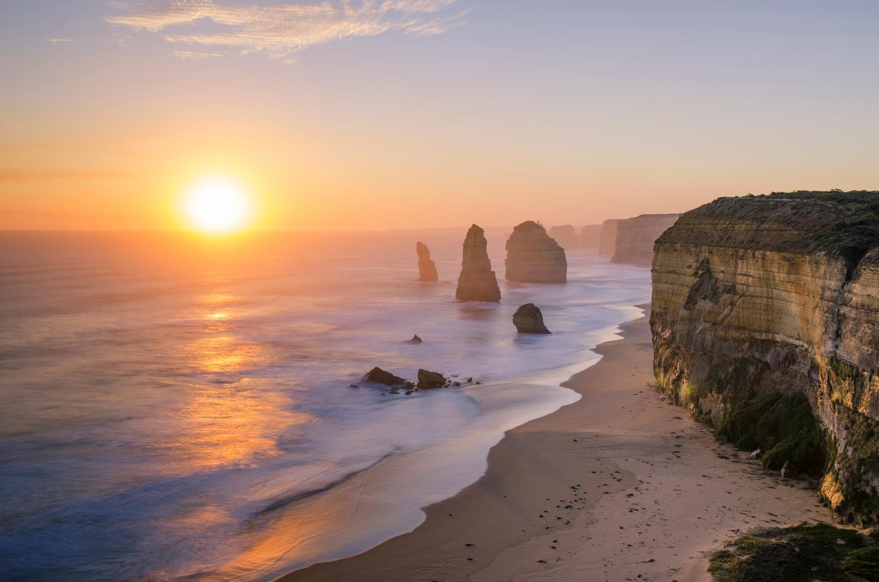 Живописные маршруты для путешествие на машине. Закат у скал Двенадцать апостолов в национальном парке Порт-Кэмпбелл в Австралии