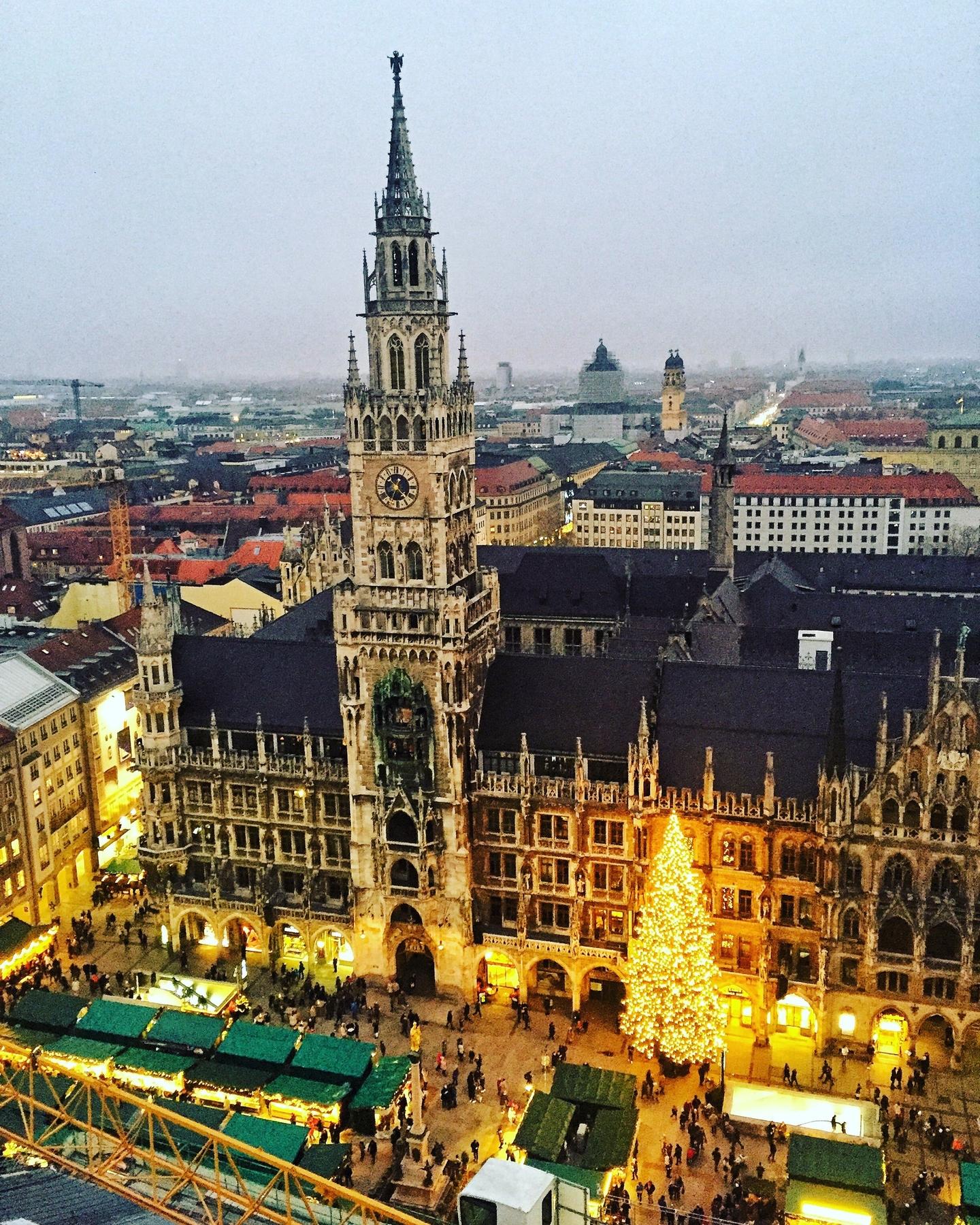 H Marienplatz του Μονάχου στολισμένη τα Χριστούγεννα - πού να πάτε ταξίδι τον Δεκέμβριο