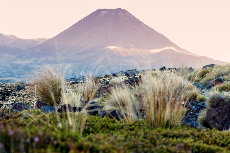 Вулкан Нгаурухоэ из национального парка Тонгариро в Новой Зеландии похож на Роковую гору