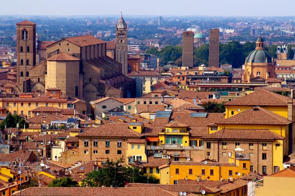 Οι κόκκινες στέγες των σπιτιών της Μπολόνια - 10 εναλλακτικά ταξίδια στην Ευρώπη