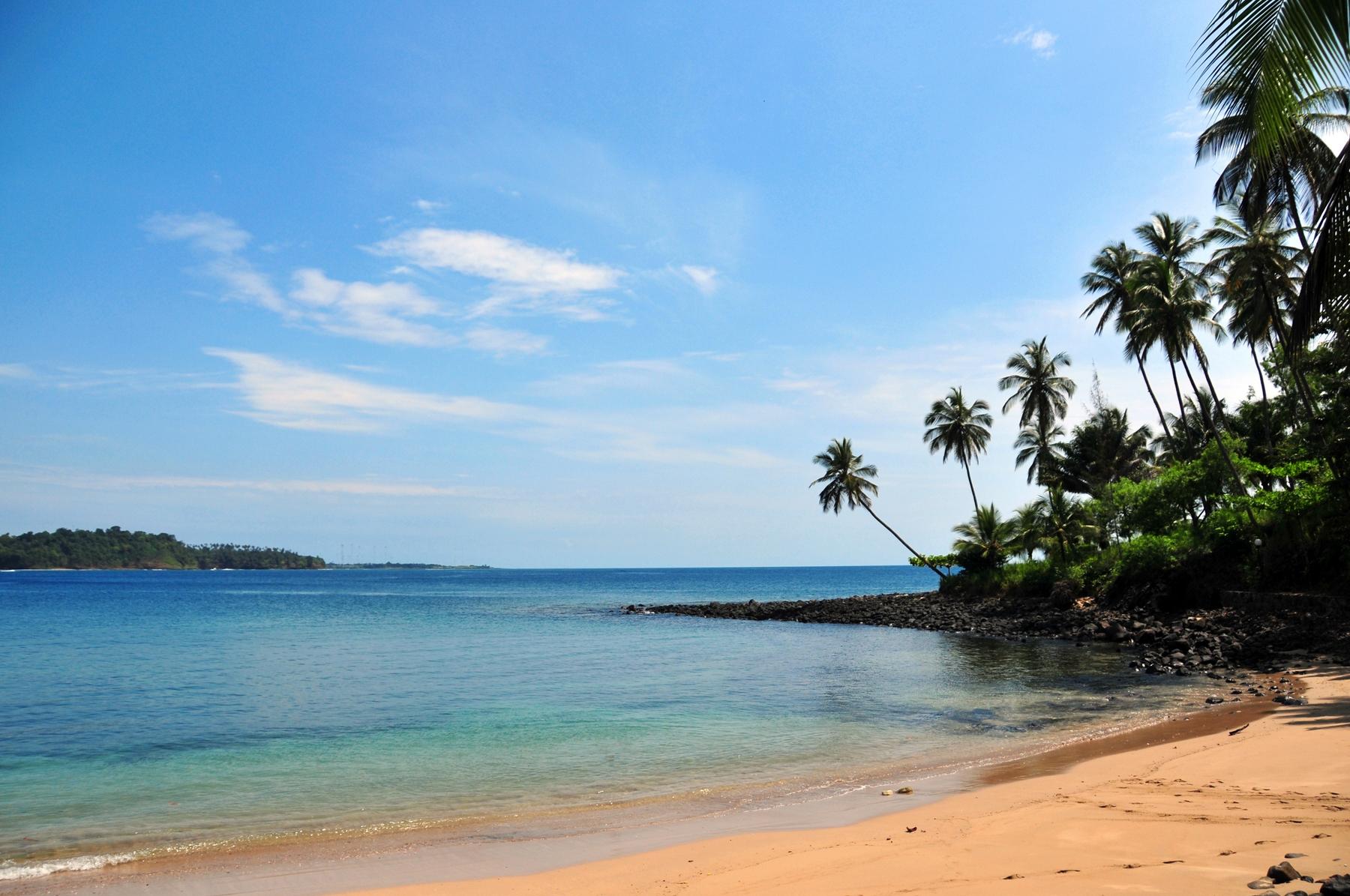 Praia de São Tomé e Príncipe, um dos países menos visitados do mundo. Que tal conhecer?