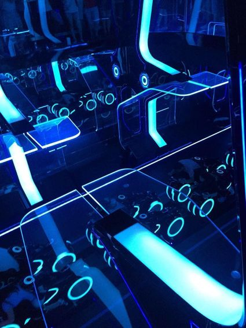 大推「創 極速光輪」,除了是整個迪士尼速度最快,亮點是乘坐的位置是重機設計,是往前趴的座椅,新奇的雲霄飛車。