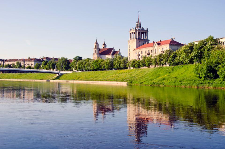 Εικόνα γαλήνης δίπλα στο ποτάμι στο Βίλνιους, Λιθουανία