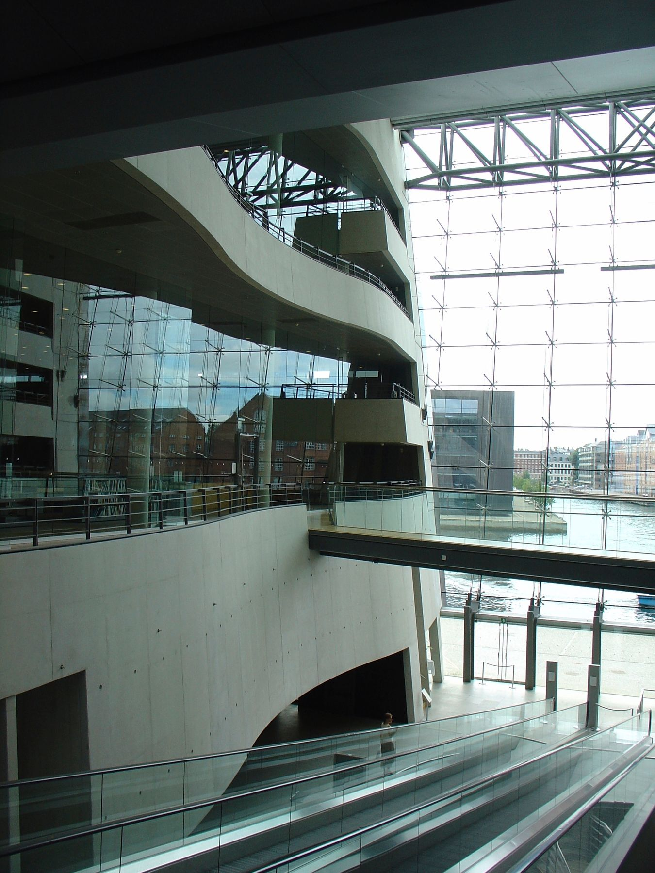 Το εσωτερικό της Βασιλικής Βιβλιοθήκης της Δανίας έχει θέα στο κανάλι