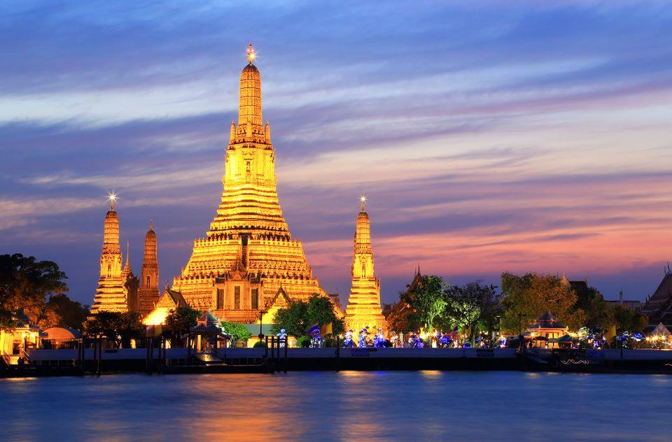 Ο θεαματικός Ναός της Αυγής (Wat Arun) στον ποταμό Chao Phraya της Μπανγκόκ, φωτισμένος τη νύχτα