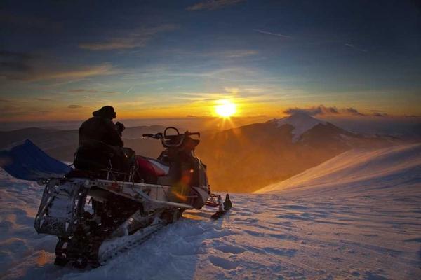 Οι βόλτες με snowmobile είναι πάντα απολαυστικές.