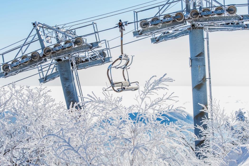 Lift πάνω από χιονισμένα δέντρα