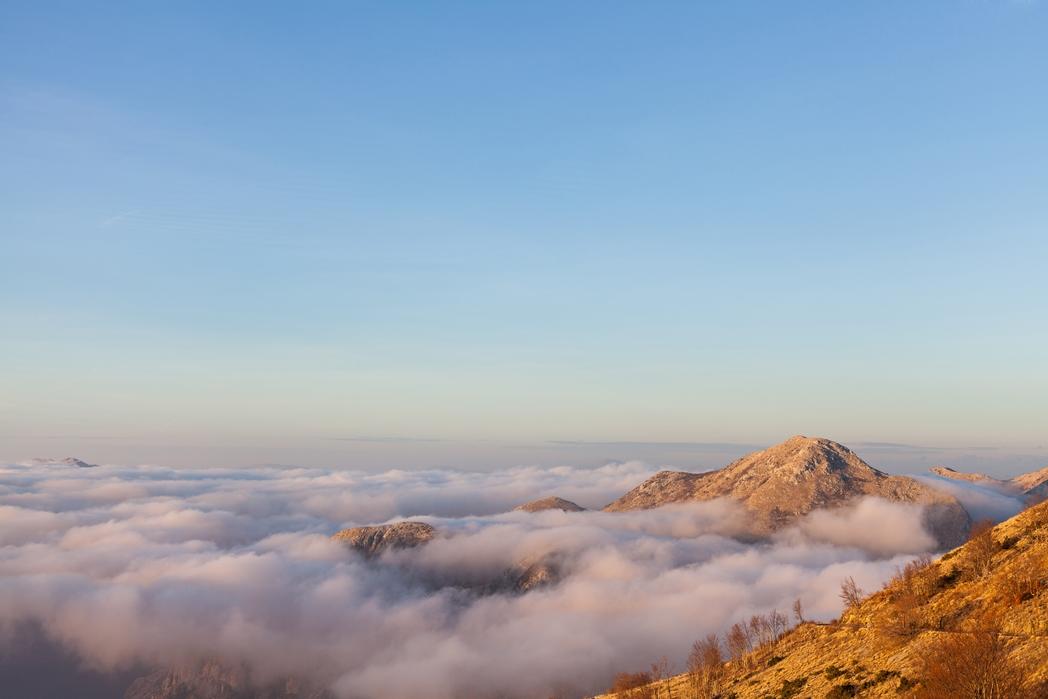 Σύννεφα καλύπτουν το Εθνικό Πάρκο Λοβτσέν - φθηνό ταξίδι στο Μαυροβούνιο