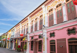 Ιστορικά ροζ σπίτια με κινέζικα φαναράκια στην Παλιά Πόλη του Πουκέτ