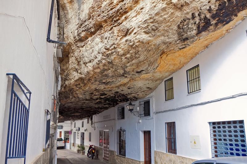 Скальный город Сетениль-де-лас-Бодегас в Адалусии