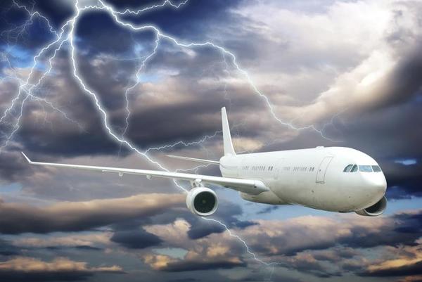 Co się dzieje, gdy piorun uderzy w samolot?